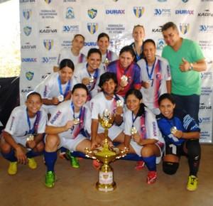 Meninas do Estrela Real comemoram a conquista do título, em Palmas (Foto: Divulgação/FTFS)