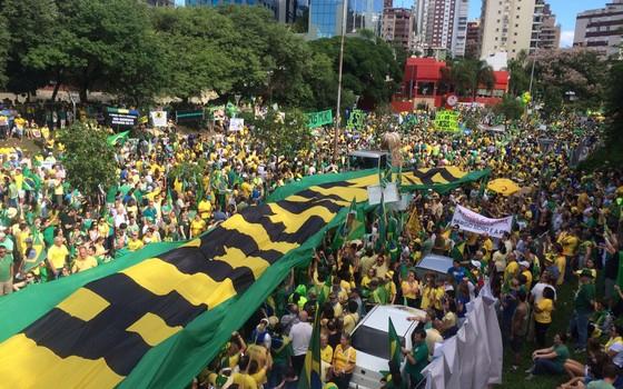 Manifestantes pró-impeachment em Porto Alegre (Foto: Paula Soprana)