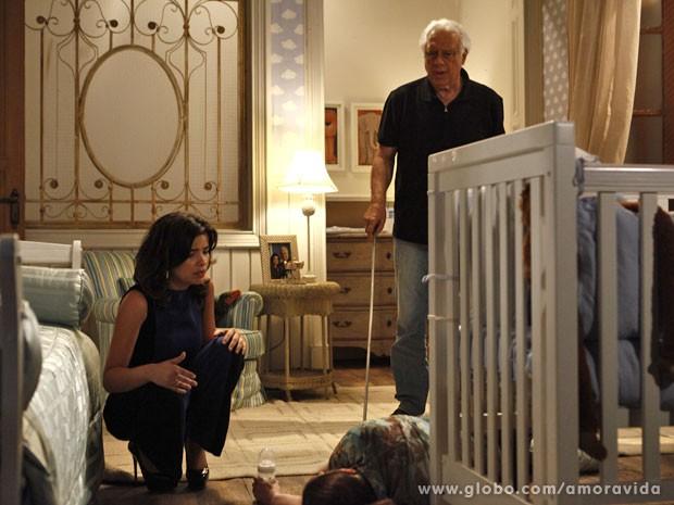 Aline finge estar assustada ao ver o resultado da sua armação (Foto: Inácio Moraes/TV Globo)