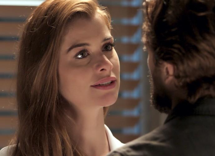 Lívia fica toda feliz ao ouvir as palavras de Felipe  (Foto: TV Globo)