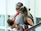 Flávia Alessandra e Otaviano Costa passeiam com filha em shopping