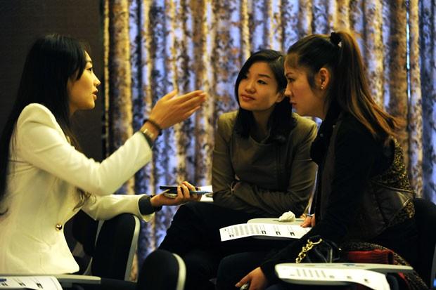Jovens participam de entrevista em clube de encontros que busca mulheres para multimilionários chineses solteiros.  (Foto: AFP)