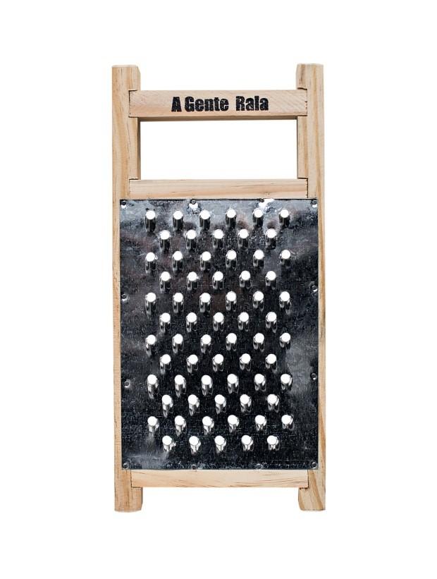 """Ralador """"A gente rala"""", assinado pela Corporação de Ofícios, com curadoria de Adriana Penteado. Com 15,5 x 32 cm, por R$ 62 (Foto: Deco Coury)"""