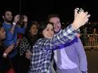 Jack Reynor faz selfie com fãs em pré-estréia de filme no Rio