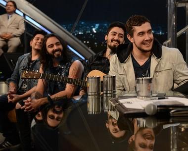 Vocal da Malta comenta loucuras das fãs: 'Jogou uma calcinha' (Ricardo Martins/Programa do Jô)