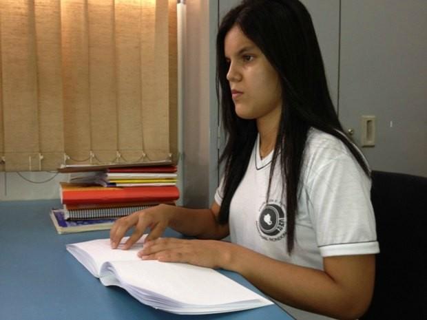 Laura estuda na biblioteca da escola (Foto: Flávio Godoi/G1)
