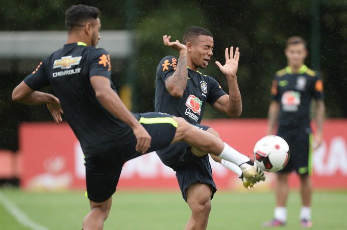 Gabriel Jesus faz careta na dividida no treino da seleção brasileira na Cidade do Galo (Foto: Pedro Martins/MoWa Press)