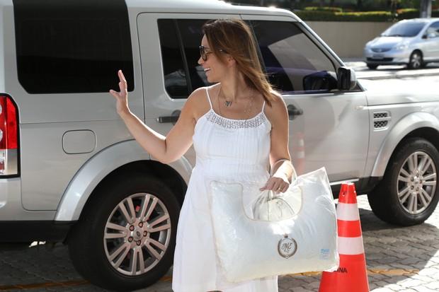 Solange Almeida chegando na maternidade (Foto: Divulgação / Alana Andrade)