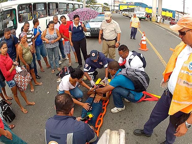 Mulher é atropelada em via exclusiva para ônibus em Salvador (Foto: Imagem/ TV Bahia)
