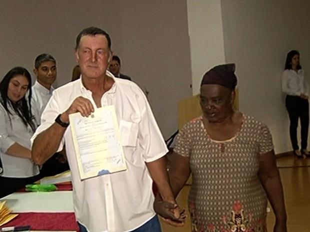 Idosa de 99 anos se casa com noivo de 58 em cerimônia coletiva, em Goiás (Foto: Reprodução/TV Anhanguera)