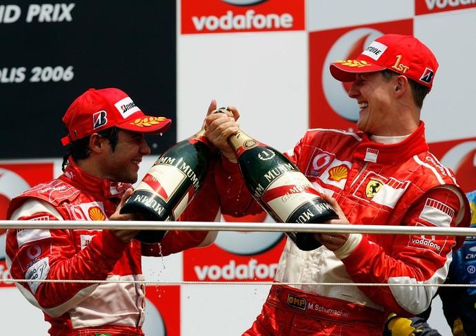Massa e Schumacher se divertem no pódio na única dobradinha da dupla, nos EUA, em 2006 (Foto: Getty Images)