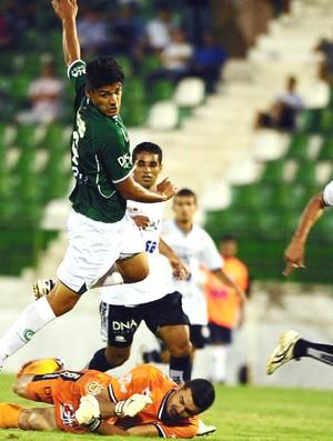 Ronaldo enta jogada durante a partida entre Guarani e ASA, em Campinas (Foto: Marcos Ribolli / Globoesporte.com)