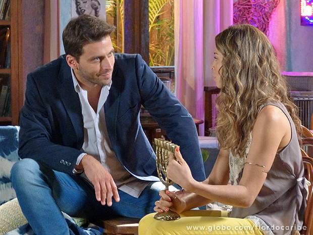 Cassiano tenta conversar com Ester (Foto: Flor do Caribe / TV Globo)