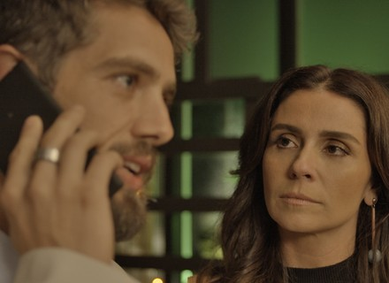 Alice vê ligação de Carol para César e estranha: 'Ué, achei que vocês mal se conheciam'