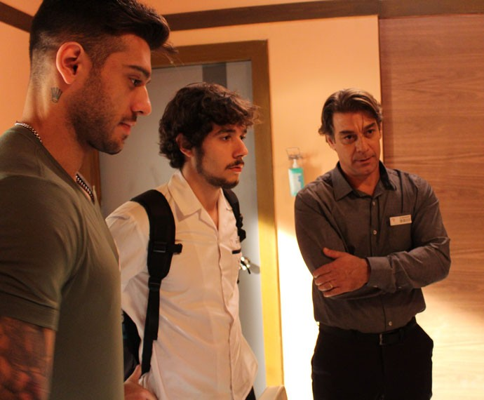 Luan visita Ciça no hospital (Foto: Bruno Cavalieri/Gshow)