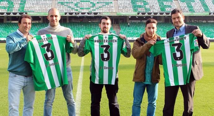 José Miguel López Catalán e o conselheiro Ramón Alarcón apresentam capitãs do Real Betis eSports. (Foto: Divulgação)