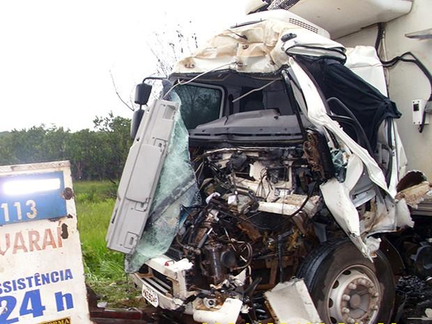 Cabine do caminhão que provou o acidente em Guaraí ficou destruída (Foto: Divulgação/PRF-TO)