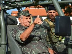 Diógenes andou em carros especiais do exército na manhã de quarta-feira (Foto: Carol Malandrino/G1)