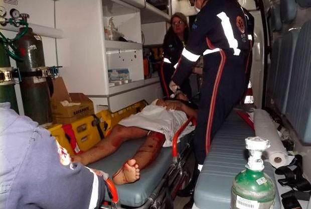 Vítimas dos disparos foram socorridas ao hospital (Foto: Gilli Maia)