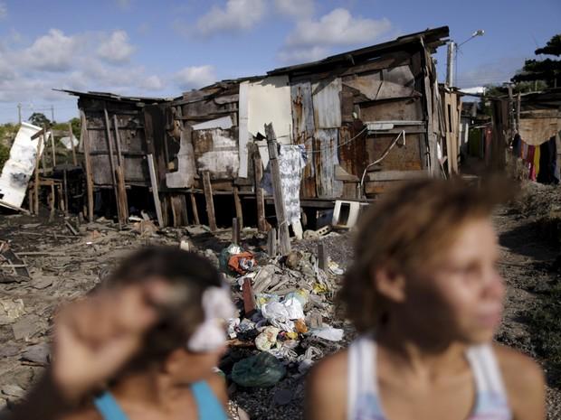 Crianças são fotografadas perto de palafitas no Recife: falta de saneamento básico pode estar ajudando o vírus da zika a se espalhar em regiões pobres  (Foto: Reuters/Ueslei Marcelino)