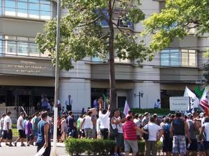 Trabalhadores se reuniram em frente à sede do TRT, em Porto Alegre (Foto: Vanessa Felippe/RBS TV)