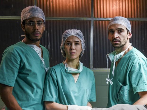 Ícaro Silva, Marjorie Estiano e Júlio Andrade no filme 'Sob Pressão' (Foto: Divulgação)