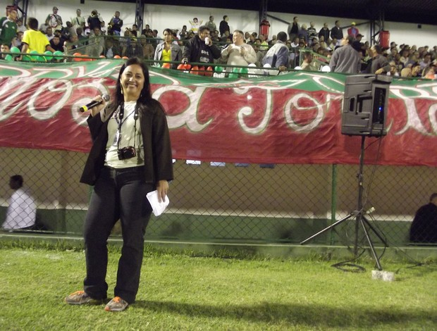 Andreia Maciel, a eterna Maria Chuteira da Rádio Globo, hoje assessora da Cabofriense, agitou a torcida durante a final da Taça Corcovado (Foto: Léo Borges/NaJogada)