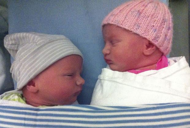 Poppy e Parker nasceram um ano após a morte de seus irmãos trigêmeos (Foto: Martin Weekes/AP)