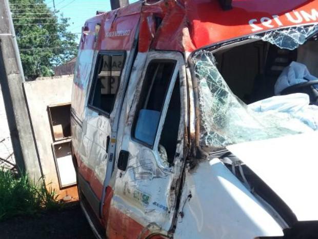 Três funcionários do Samu ficaram feridos após carro bater em ambulância, no Paraná (Foto: Divulgação/Samu Rolândia)