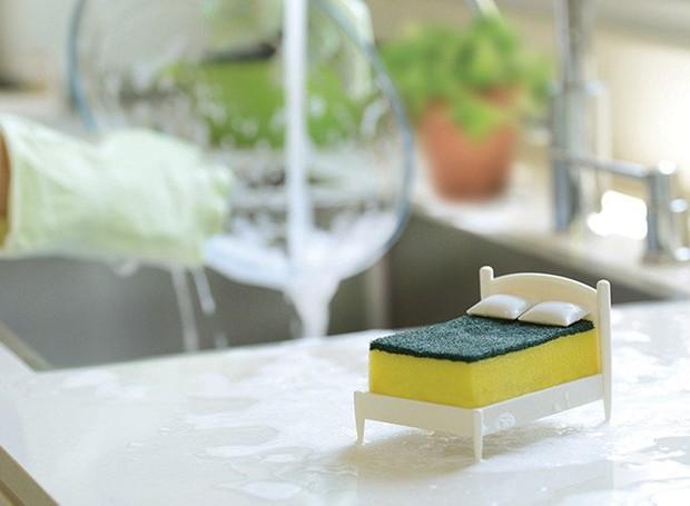 """Chamado de """"Clean Dreams"""", o suporte ajuda a manter a esponja longe das bactérias presentes no tampo da pia (Foto: Ototo Design/Divulgação)"""