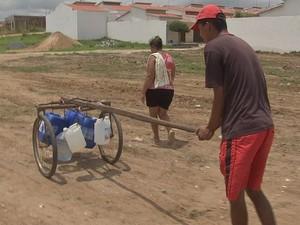 Moradores usam carrinho conhecido como ''mané magro'' para carregar água  (Foto: TV Verdes Mares/Reprodução)