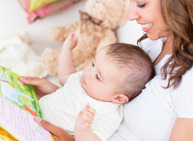 Mãe lendo para o bebê (Foto: Shutterstock)