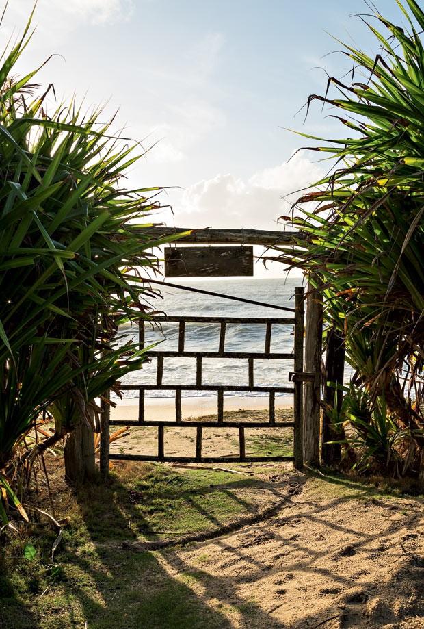 Portão | De madeira, a peça foi produzida por Seu Araão, o primeiro pescador que habitou as redondezas (Foto: Evelyn Müller/Editora Globo)