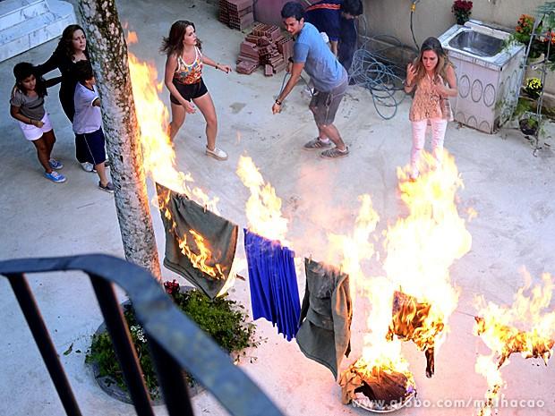 Galera do casarão se assusta ao ver as roupas em chamas (Foto: Ellen Soares / Malhação)