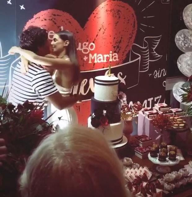 Deborah Secco ganha beijão de Hugo Moura em festa de aniversário (Foto: Reprodução Instagram)