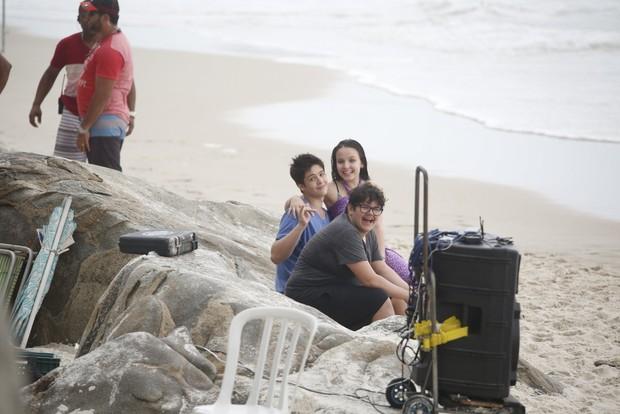 Larissa Manoela e Joao Guilherme na praia do Abrico (Foto: AgNews  / AgNews)