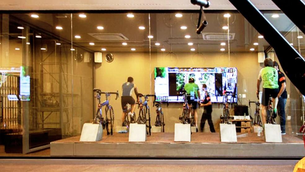 Na sala, os ciclistas em ação com o telão ao fundo (Foto: Eu Atleta | Arte | fotos: arquivo pessoal)