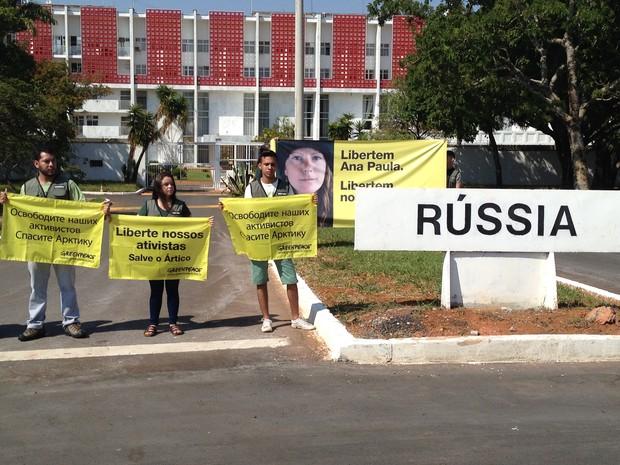 Ativistas do Greenpeace organizaram manifestação em frente à embaixada da Rússia em Brasília (Foto: Luciana Amaral/G1)