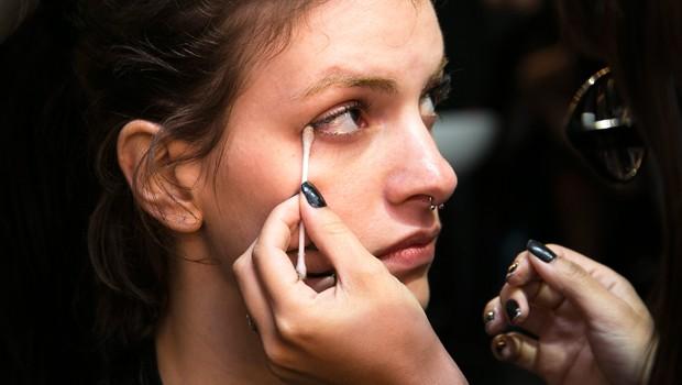 Retirar a maquiagem  essencial! Veja como usar o demaquilante sem irritar a pele (Foto: Felipe Costa)