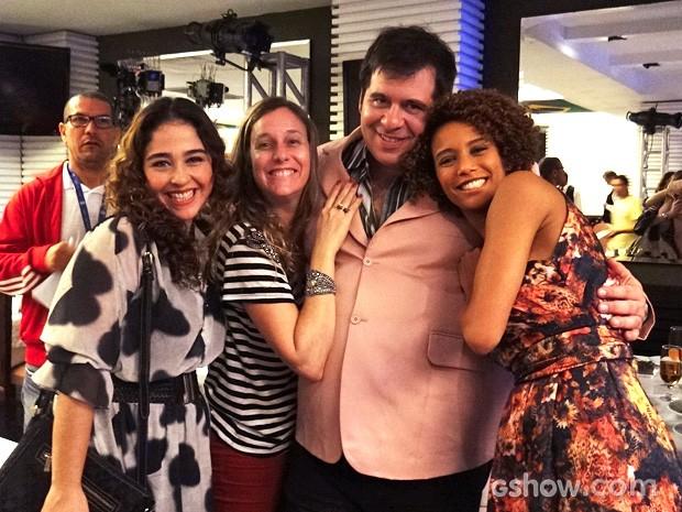Debora Lamm, Leandro Hassum e Taís Araújo abraçam a diretora Nathália Grimberg (Foto: Geração Brasil/TV Globo)