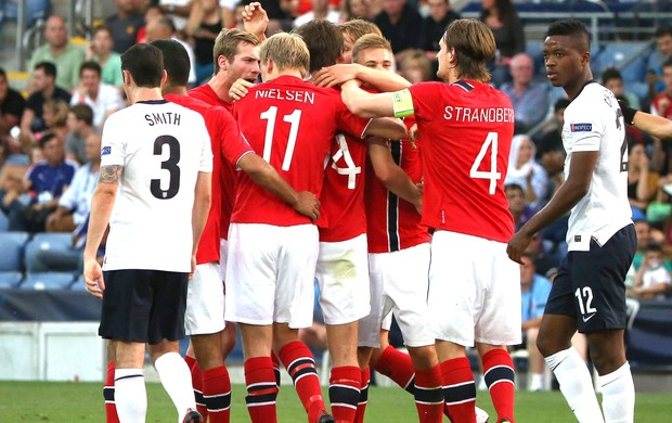 Comemoração da Noruega contra a Inglaterra, EURO 21 (Foto: Agência AFP)