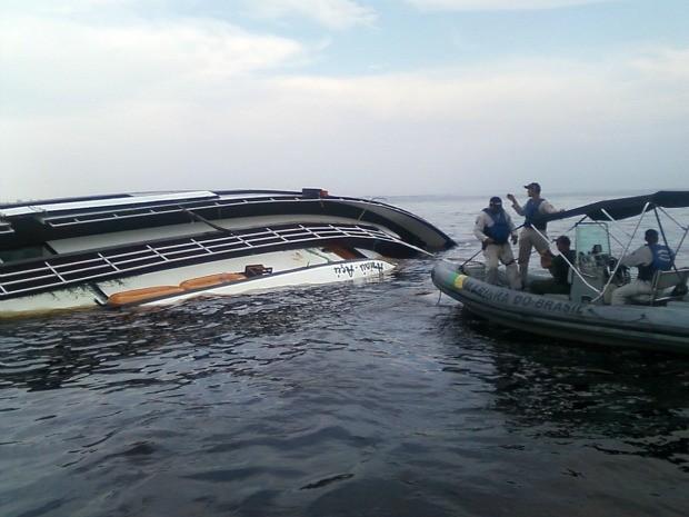 Mergulhadores da Marinha e dos Bombeiros verificaram interior da embarcação (Foto: Divulgação/Marinha)