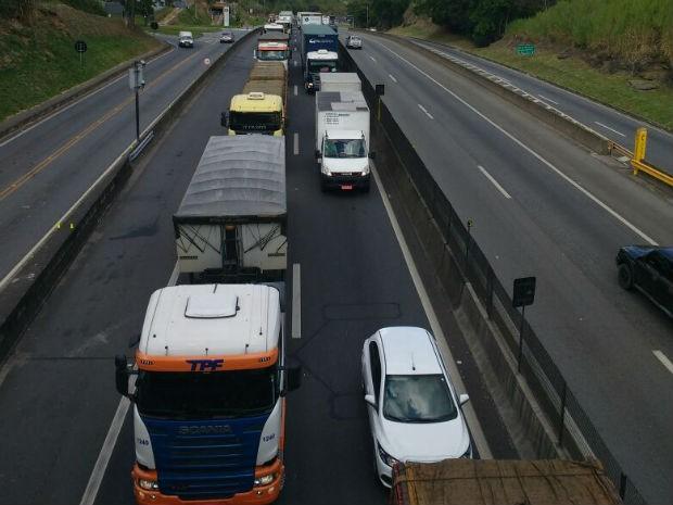 Trânsito lento na Via Dutra, em Barra Mansa  (Foto: Valtair dos Santos/Arquivo Pessoal)