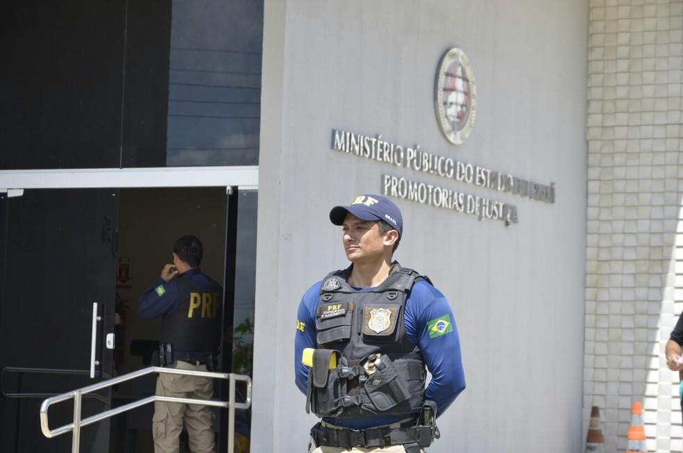 Presos são conduzidos ao Ministério Público de Piripiri (Foto: Divulgação/PRF)