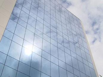 Prédios refletem a luz do sol e devolvem calor para as ruas (Foto: Reprodução / TV Globo)