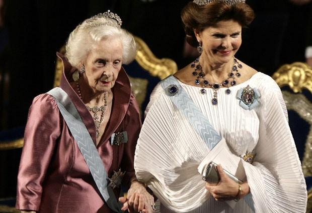 A princesa Lilian e a rainha Silvia, da Suécia, durante cerimônia do Prêmio Nobel de 2010 (Foto: Sven Nackstrand/AFP)