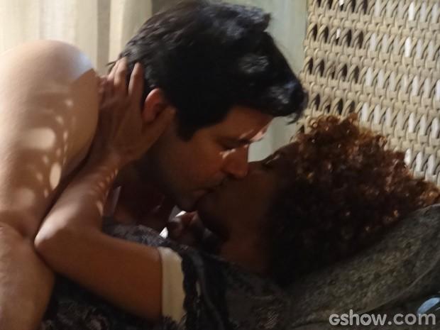 Verônica e Jonas não resistem e têm noite de amor (Foto: Geração Brasil/TV Globo)