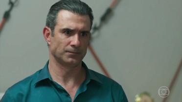 Ricardo pede que Joana mantenha segredo sobre o exame