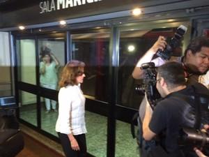 Marieta Severo chega ao Teatro do Leblon para o velório de Marília Pêra (Foto: Cristina Boeckel/G1)