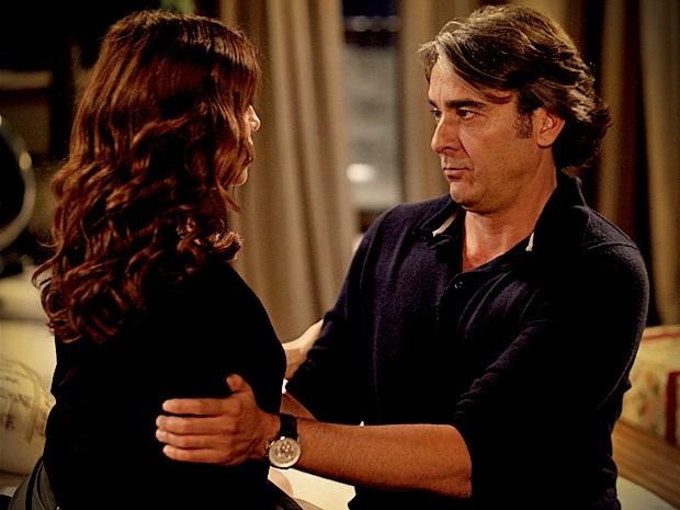 Cadinho é fiel a Alexia e dá fora na ex (Foto: Avenida Brasil / TV Globo)